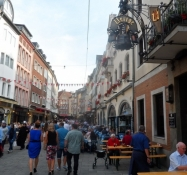 Gågade i Düsseldorfs gamle bydel/A pedestrian street in Dusseldorfʹs old city