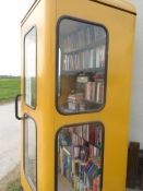 Bibliotek i telefonboks på campingpladsen/A library in a phone booth at the campsite