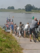 Kø ved cykelfærgen over Rhin-armen Waal/Bikers line up at the ferry cross the Waal