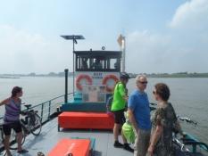 I Holland har cyklisterne egne færger over floder/In Holland bikers have their own ferries