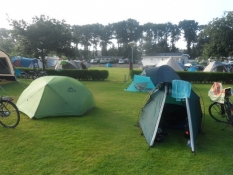 Vi fik rejst teltene i tørvejr/Luckily we got the tents pitched in dry weather