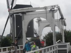 Leiden siger hej med en vippebro og en vindmølle/Leiden greets with a bascule bridge and a windmill