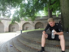 Simon tjekker mobilen i borggården/Simonʹs checking his mobile in the castle yard