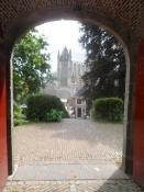 Kig igennem borgporten mod kirken/A view through the castle gateway