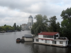 To-etagers husbåd i Amsterdams sydlige udkant/Two storey houseboat in Amsterdamʹs southern outskirts