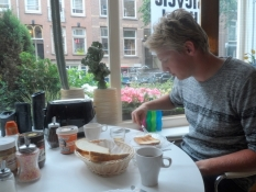 Simon nyder en sen morgenmad (til kl. 11!)/Simonʹs enjoying his late breakfast (until 11 a.m.!)