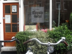Indgangen til cykelhotellet med cykler foran/The door to the Bicycle Hotel with bikes in front of it