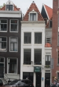 Til højre Amsterdams smalleste hus i Singel 7/To the right Amsterdamʹs most narrow house, 7, Singel