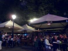 Masser af mennesker under parasollerne/Lots of people in party mood