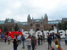 ʺI amsterdamʺ i store metalbogstaver foran Rijksmuseum/ʺI amsterdamʺ in front of the Rijksmuseum