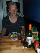 Simon er klar til at nyde sin kinesiske skaldyrssuppe/Simonʹs about to tuck into his Chinese soup