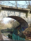 Esienbahnbrücke über Fluss und Radweg in Bielefeld