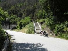 Pontebbana-Radweg bei Pietratagliata über die Treppe wieder auf die Bahntrasse