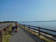 Radweg an SP 352 Strada Mosconi Damm Richtung Festland