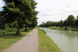 Cycle path along the Canal latéral à la Garonne east of Agen