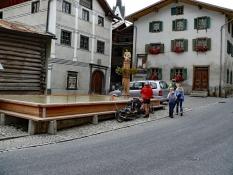 Valendas: Größter Holzbrunnen
