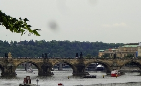 A quick look on Charlesʹ bridge from the Lesser Side on our way out of Prague