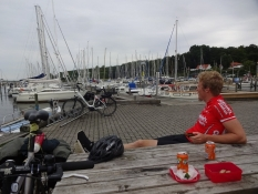 Madpakkepause på havnen i Høruphav/Lunch break at the leisure port of Hoeruphav
