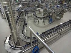 Et kig ind i én af fire tappehaller/A glance into one of four bottling plants of the brewery