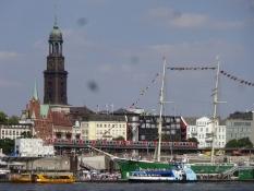 Et kig på Hamborgs havnefront med vartegnet ʺMichelʺ/Hamburgʹs harbour front with landmark ʺMichelʺ