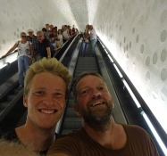 På vej op ad rulletrappen i Elbphilharmonien/Going up the escalator in the Elbe Philharmony