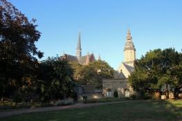 Veurne, Sankt Walburgakirche und Rathaus