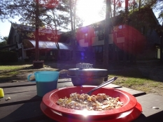 Morgenmad på campingpladsen i koldt solskin/Breakfast at the campsite in sunny, but chilly weather