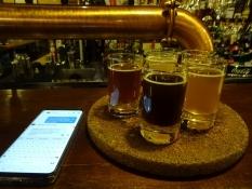 Brygværtshuset ʺKhmelʺ (ʺhumlenʺ) serverer smagsprøver/Brewpub ʺKhmelʺ  (ʺhopsʺ serves beer samplers
