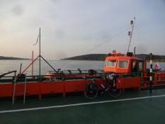 Wisla-mundingen krydses på en færge/The Vistula mouth is crossed by way of a ferry