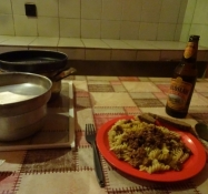 Ydmyg aftensmad i det nedslidte campingkøkken/Humble supper in the run-down camping kitchen