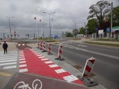Cykelstier i en rundkørsel før broen over Døde Wisla/Cycle lanes in a roundabout near Gdańsk