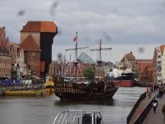 Den gamle havn med kranen. Et udflugtsskib i gammel stil lægger fra/The old harbour with the crane
