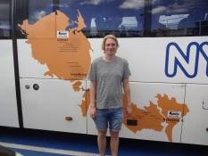 Simon foran bussen Odense-Nykøbing/Simon in front of the bus to Nykoebing