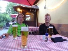 Det fejres med øl og pizza 10 km før campingpladsen/We celebrate it with pizzas and beer
