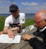 Kortstudier under frokostpausen/Studying the map during our lunch break