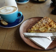Kaffepause med et stykke rabarbertærte til/Coffee break with a slice of rhubarb tart