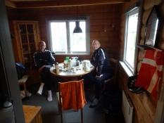 Morgenmad i den hyggelige hytte/Enjoying breakfast in the cozy cottage