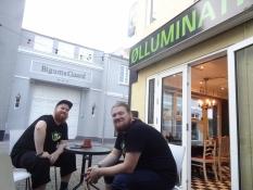 To skæggede bartendere uden for ølbaren Ølluminati/Two bearded barmen outside the bar Oelluminati