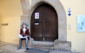 Cham, am Rathaus-Eingang