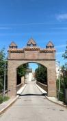 Dingolfing, Tor an der Hochbrücke der Oberstadt