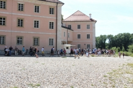 Touristen stehen Schlange für den Biergarten des Klosters Weltenburg