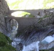 Die beiden Teufelsbrücken. Die vordere, ältere, ist heutzutage für Radler und Fußgänger