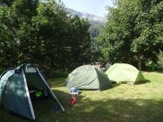 Unsere drei kleinen Zelte auf dem Campinplatz von Sumvitg Cumpadials