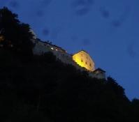 Das Fürstenschloss hoch oben über der Hauptstadt ist schön beleuchtet