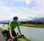 Simon tritt in die Pedalen auf dem breiten Asphaltweg entlang des Rheins