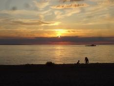 Die Sonne ging unter über dem See, als wir zu Abend gegessen hatten