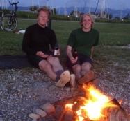 Der Tag endete mit einem Lagerfeuer auf dem Strand und einer Menge Bier