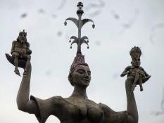 Die Statue ʺImperiaʺ stellt eine Kurtisane dar, die den Kaiser (l.) und den Papst (r.) verhöhnt