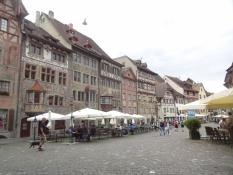Es ist ein Städtchen mit vielen alten und bunt bemalten Häusern in der Stadtmitte