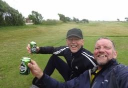 Auf der Golfbahn an seinem Fuß genießen Michael und ich ein Willkommensbier